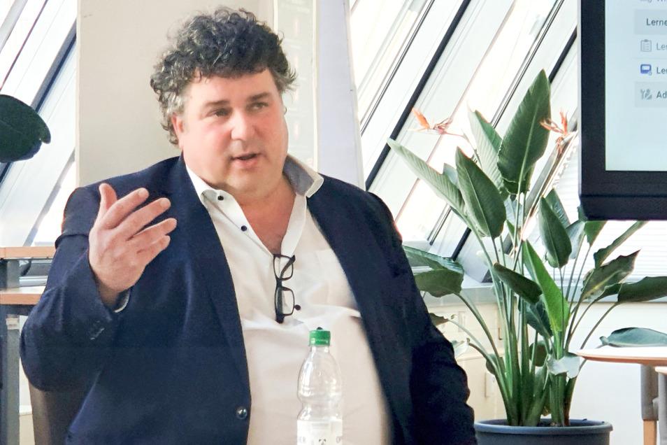 VHS-Direktor Jürgen Küfner will seine Einrichtung fit für neue Online-Welten machen, ohne dabei die alten Kunden zu verprellen.