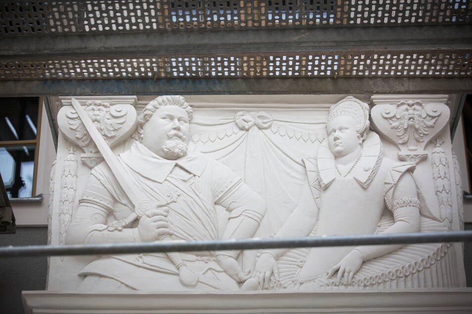 Am Fürstlichen Haus ist das Relief von Christian II, und seine Frau, Hedwig von Dänemark, angebracht. Es ist ein Abguss.