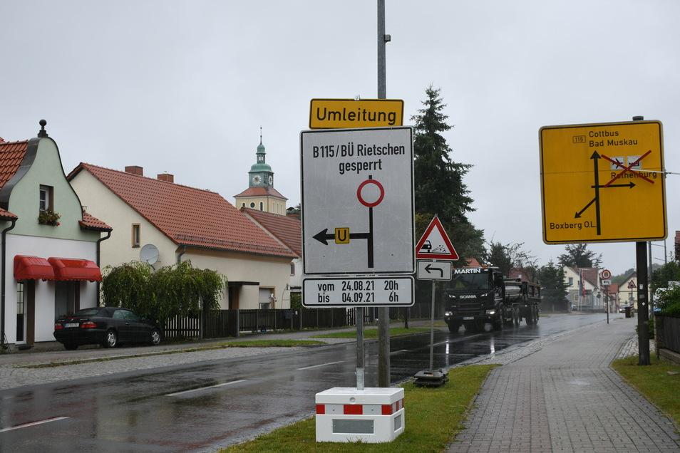Ab hier, in der Ortsmitte von Rietschen, wird der Verkehr ab 20 Uhr am heutigen Abend von der Bundesstraße B 115 in Richtung Boxberg umgeleitet.