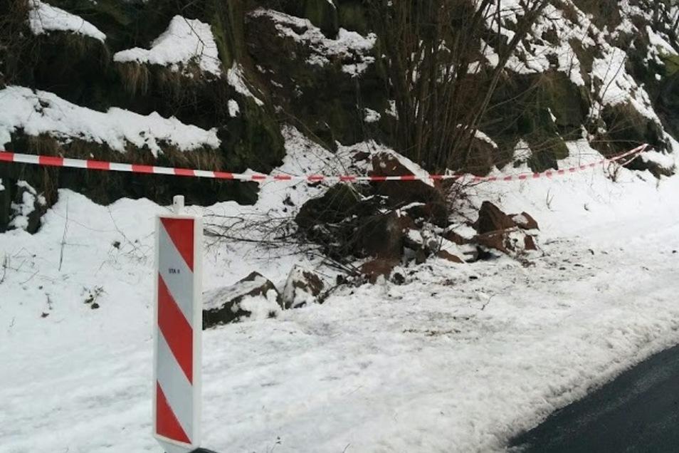 Felsabbruch auf der Fahrbahn: Die Birkigter Straße ist für Verkehrsteilnehmer gesperrt.
