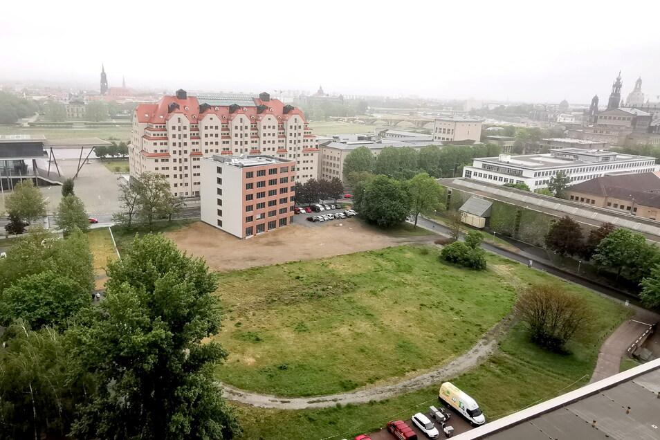 Zwischen Maritim-Hotel und SZ-Hochhaus soll das neue Behördenzentrum des Freistaates entstehen. Schon im kommenden Jahr sollen die Bauarbeiten dafür starten.