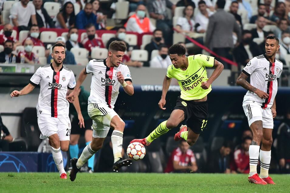 Istanbuls Francisco Montero (2.v.l) in Aktion gegen Dortmunds Jude Bellingham (2.v.r).