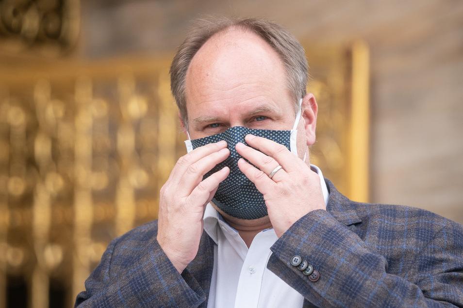 OB Dirk Hilbert macht es vor: Die Stadträte sollen am Donnerstag bei ihrer Sitzung Masken tragen.