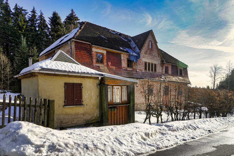 Im kleinen Gebäude an der Straßenfront saß früher der Zöllner. Im großen Zollhaus dahinter waren die Dienstzimmer untergebracht.