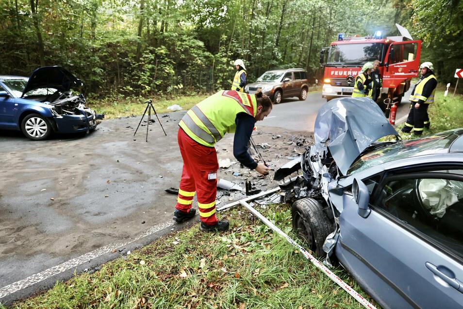 Die Fahrer der beiden Autos wurden beim Frontalcrash verletzt.