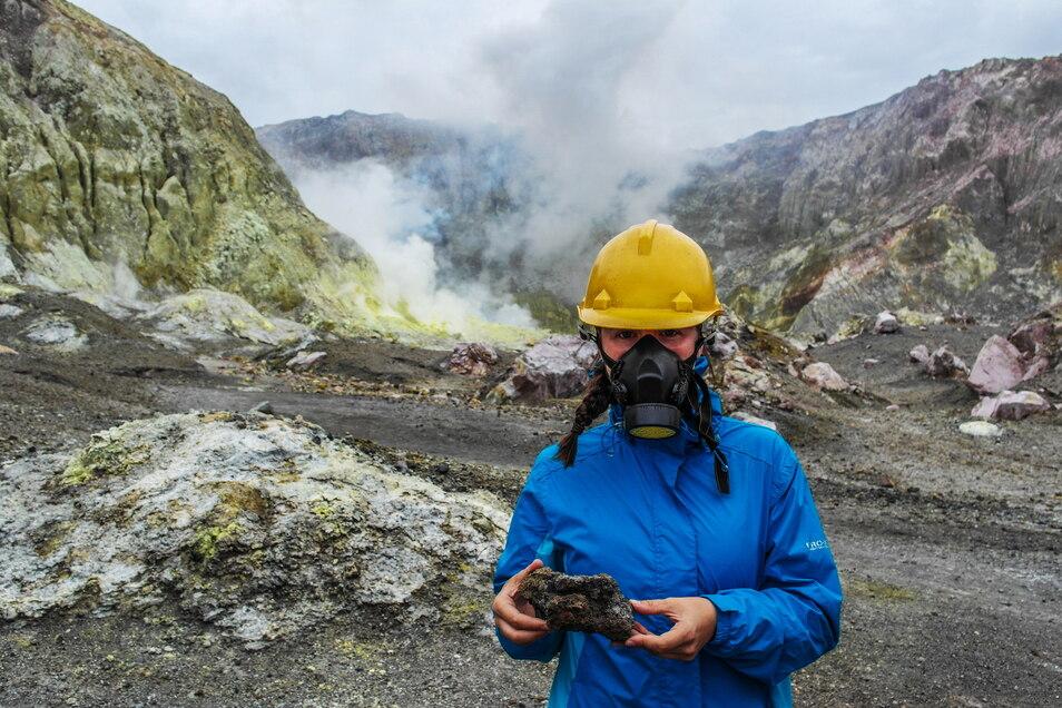 """""""Die Komfortzone verlassen"""": hier mit Schutzmaske auf White Island, Neuseelands einziger aktiver Vulkaninsel."""