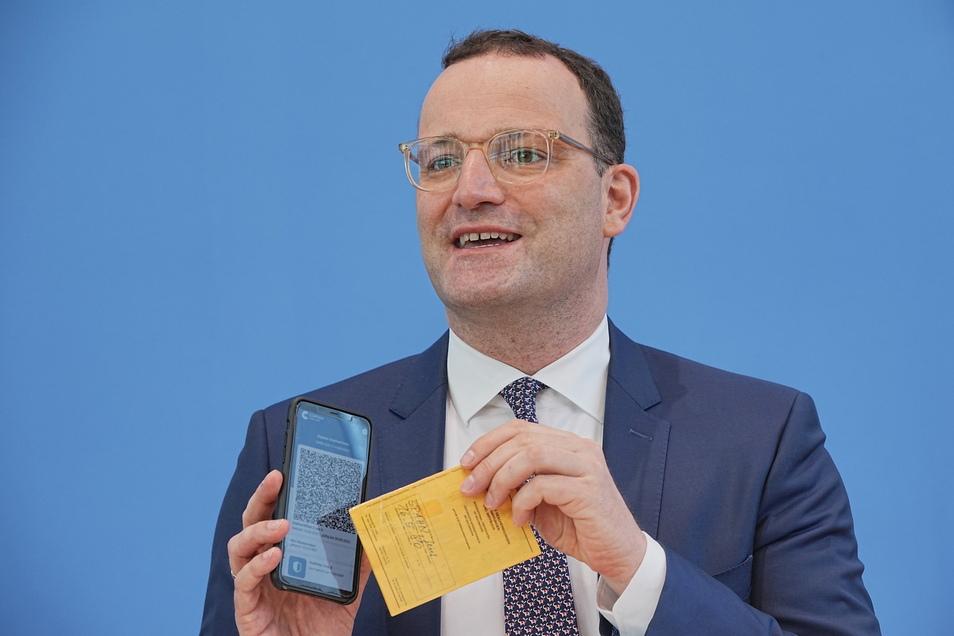 Gesundheitsminister Jens Spahn (CDU) zeigt ein Muster eines digitalen Impfzertifikats.