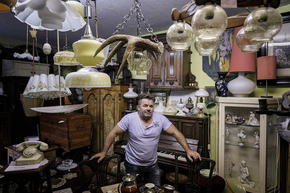 Matthias Ritter kauft in der Struvestraße Antikes und Trödel an und verkauft es wieder.