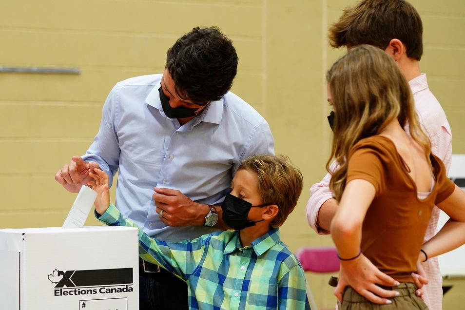 Justin Trudeau (l,) gad in Montreal gemeinsam mit seinem Sohn Hadrien (2.v.l.) seine Stimme für die Parlamentswahlen ab.