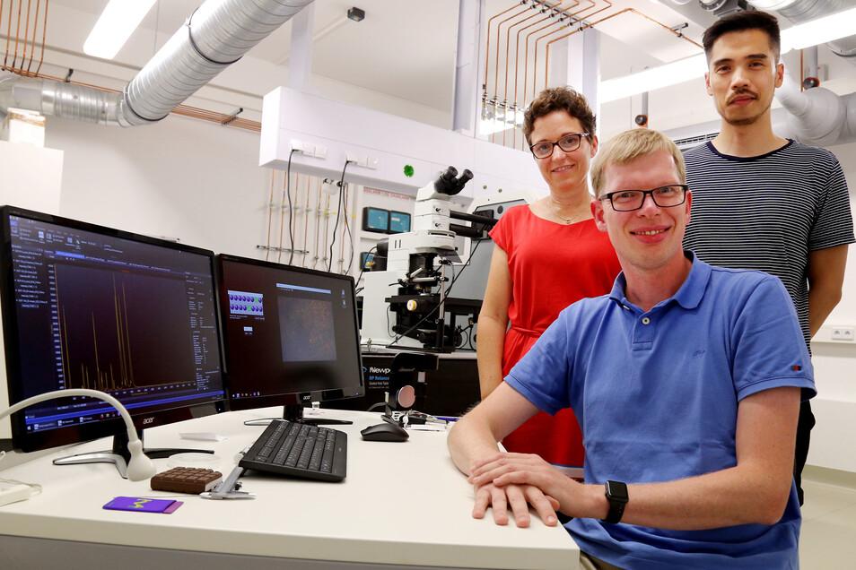 Prof. Inez Weidinger bei der Auswertung der Laserergebnisse mit Laborleiter Philipp Wollmann (vorn) und Dr. Khoa Ly.
