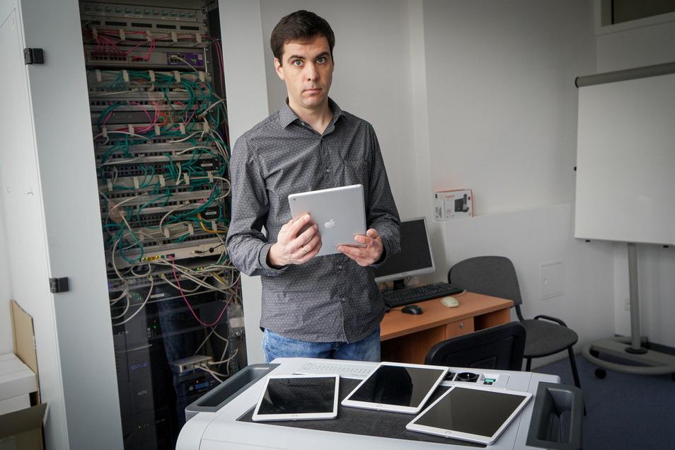 33 Tablets der Firma Apple stehen an der Oberschule in Neukirch zur Verfügung. Der stellvertretende Direktor und Informatiklehrer Jeremiah Weedage gibt diese an Schüler aus, die nicht über die nötigen Geräte verfügen, um am Unterricht von zu Hause teilzun