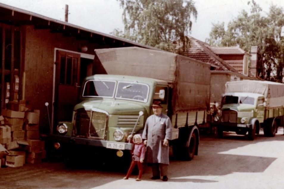 Birgit Zach als Kind mit ihrem Großvater auf dem Hof.