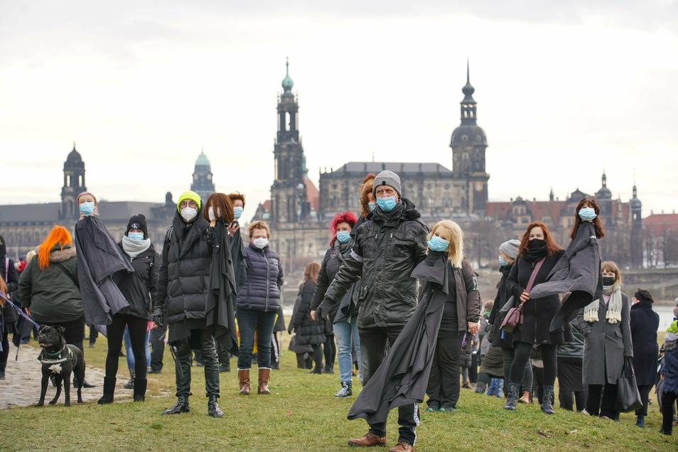 In dunkler Trauerkleidung protestierten die Friseure und Kosmetiker auf den Elbwiesen.