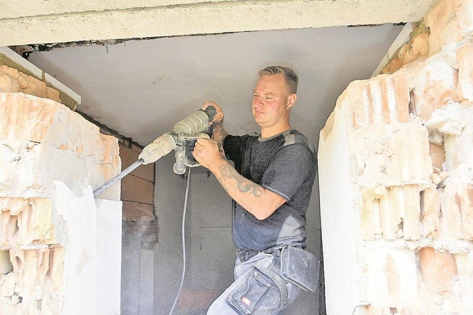 Thomas Kirschner hat mit dem Presslufthammer einen Durchbruch an der Hohnsteiner Schulturnhalle geschaffen. Hier entsteht eine zweite Fluchttür.
