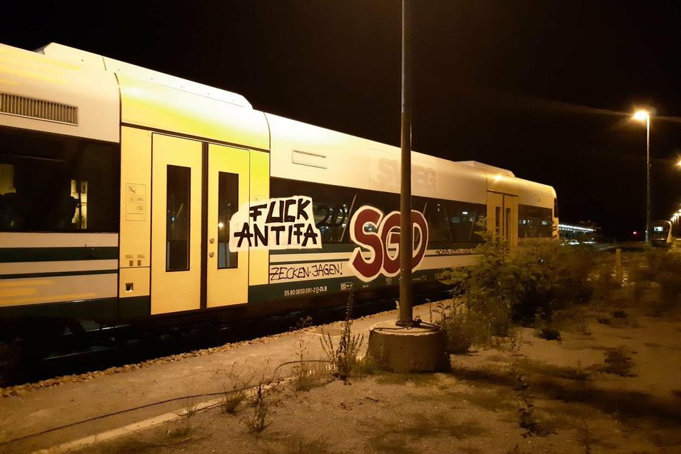 Ein Zug der Länderbahn wurde am Bischofswerdaer Bahnhof mit großen Graffiti beschmiert.