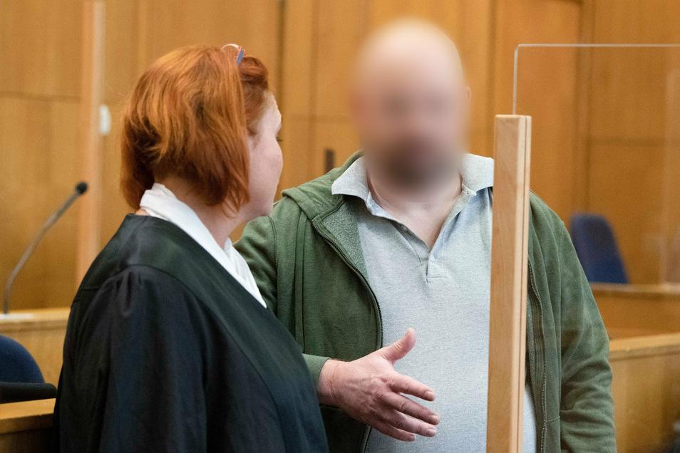 August 2020: Der des Mordes an dem Politiker Walter Lübcke mit angeklagte Markus H. spricht mit einer Verteidigerin.