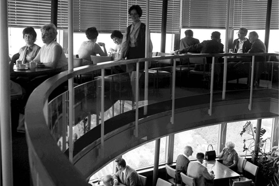 Restaurantetage im Fernsehturm Dresden Anfang der 70er Jahre.  Jährlich kamen etwa 200 000 Besucher in das zweistöckige Restaurant in 148 Metern Höhe. Die Aufnahme ist aus dem Jahr 1975.