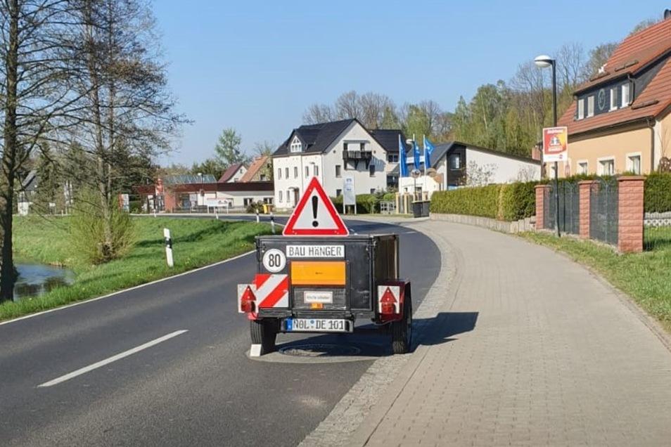 Mit diesem Bauwagen fing alles an: Der Schönauer Ronny Leyer wollte damit im Frühjahr Raser zum Abbremsen zwingen.