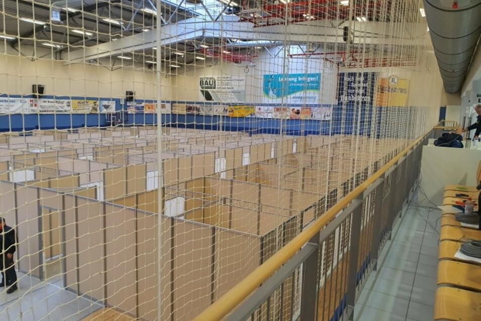 Die Sporthalle am Kamenzer Flugplatz ist in viele kleine Kabinen unterteilt. Das Technische Hilfswerk half beim Aufbau des Impfzentrums.