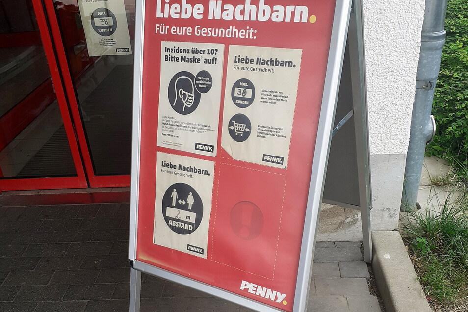 Auch Penny am Bahnhof in Görlitz wirbt fürs Maskentragen, bei Inzidenz über zehn und geringem Abstand.