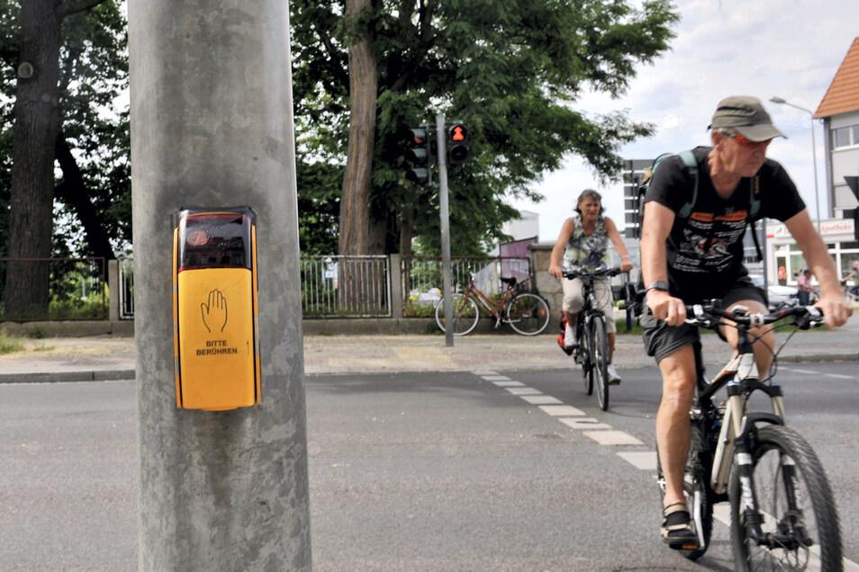 Dieser, mit Ampel versehene Fußgänger- und Radfahrer-Überweg an der Bautzener Straße, zwischen Ingenieurschule und Ecke Puschkinstraße, ist stark frequentiert und soll daher auch ein akustisches Signal erhalten.
