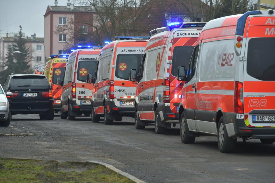 Eine Kolone mit Krankenwagen fährt eine Straße entlang. Um Krankenhäuser zu entlasten, wurden Patienten mit mäßigem Krankheitsverlauf per Krankenwagen nach Prag, Pilsen und Mittelböhmen gebracht.