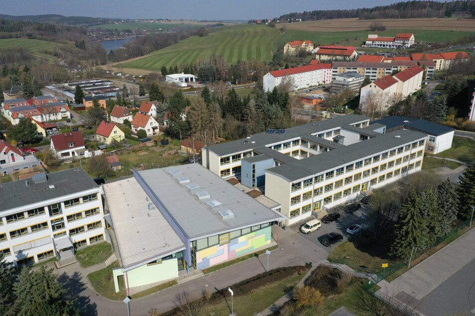 Das Glückauf-Gymnasium in Dipps ist ein großer Gebäudekomplex, aber nicht groß genug. Die nächsten Jahre wird es zu eng für die vielen Schüler.