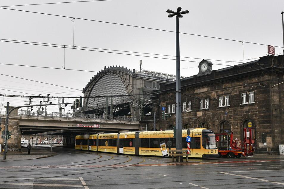 Erst im, dann vor dem Bahnhof Dresden-Neustadt kam es am Sonntag zur Auseinandersetzung eines Maskenverweigerers mit Bundespolizisten.