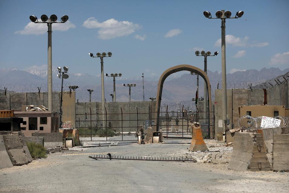 Das Tor des Luftwaffenstützpunktes Bagram. Nach fast 20 Jahren haben US-Soldaten und Koalitionstruppen die Luftwaffenbasis Bagram in Afghanistan verlassen.