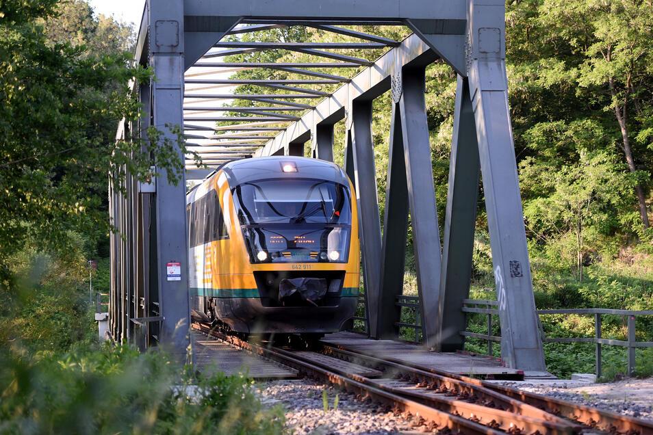 Ein Odeg-Zug fährt auf der Neißetalbahn zwischen Zittau und Görlitz.