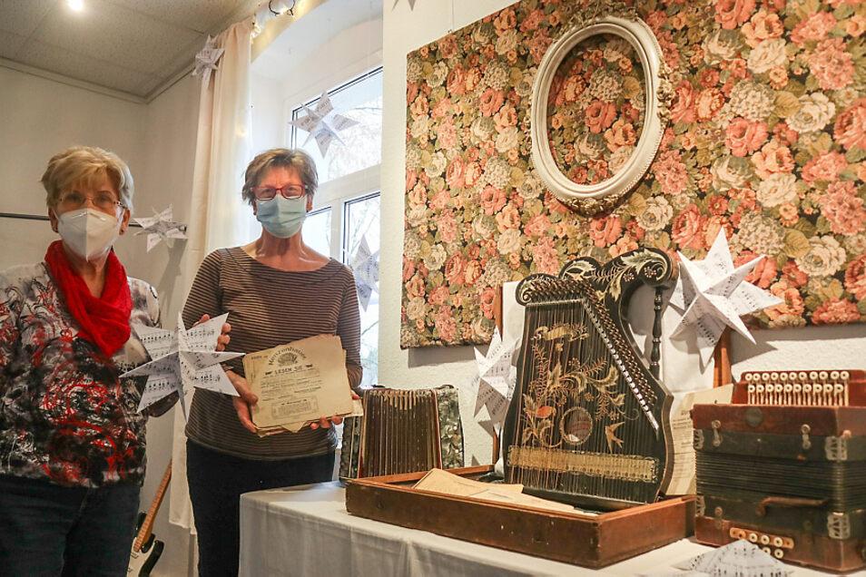 Gabriele Knothe (links) und Veronika Sauer bauten die Ausstellung mit auf. Zu den Exponaten gehören unter anderem eine Ziehharmonika, eine Mandolinen-Zither und eine Knopfharmonika. Es handelt sich um Leihgaben von Angelika Hammerschmidt aus Riegel.