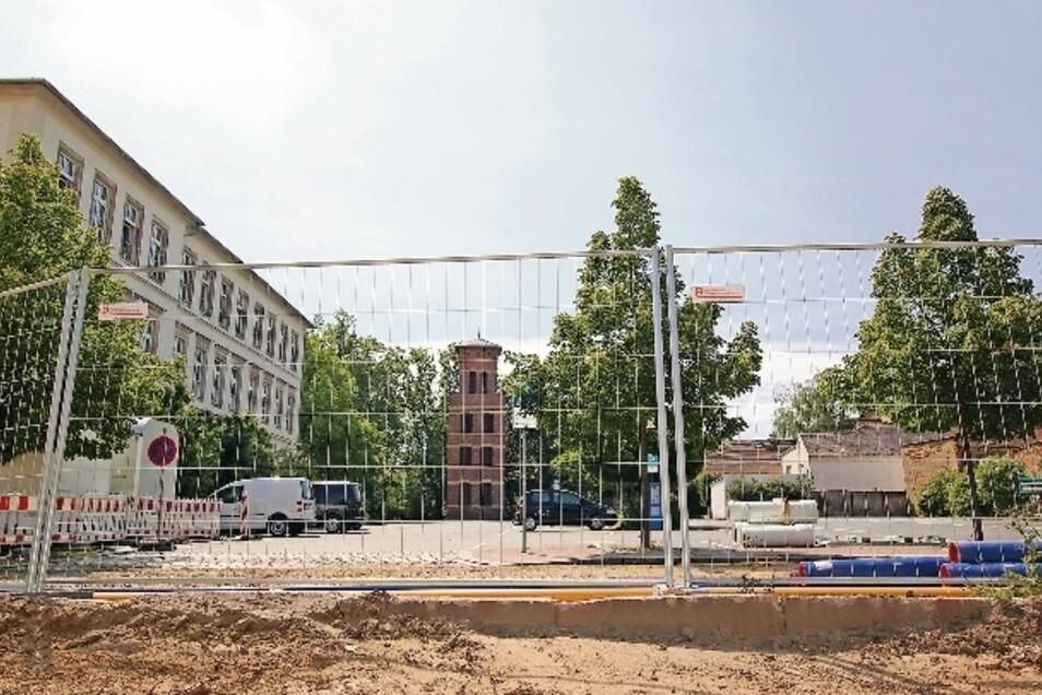 """Voraussichtlich ab 2. Juni kann der Parkplatz """"Alte Feuerwache"""" am Leisniger Lindenplatz wieder genutzt werden. Die derzeitige Sperrung ist wegen der Verlegung von Versorgungsleitungen notwendig."""