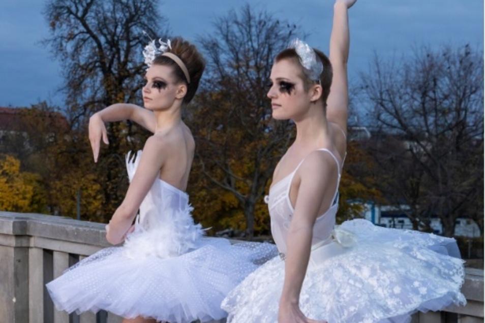 """Romy (links) bei ihrer Performance in der dritten Folge von """"Germany's Next Topmodel""""."""
