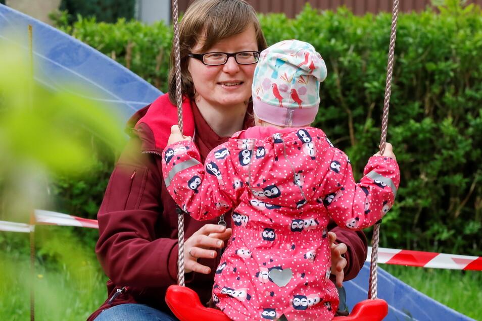 Anne Kaufmann betreut ihre Tochter Mira noch zu Hause in Oelsa. Im Juni soll sie eigentlich zu einer Tagesmutter gehen. Doch das steht wegen der Kündigung der Stadt Löbau nun auf der Kippe.