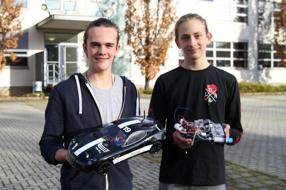 Linus Schnack (links) und Jan Richber sind neu im Renn-Team des Luther-Gymnasiums Hartha. Bei den ersten Testrennen kamen die Harthaer auf Rang vier ein.