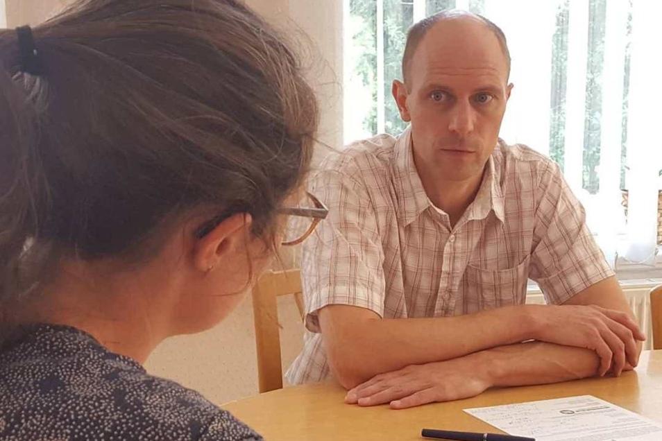 Der Großpostwitzer Bürgermeister Markus Michauk im Gespräch mit Theresa Hellwig.