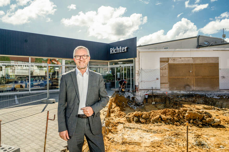 Heiko Winter steht an der Baustelle für die neue Direktannahme des Autohauses Richter in Bischofswerda. Beim Abriss des alten Gebäudes gab es eine Überraschung: Unter dem Betonpflaster befand sich eine starke Betonplatte.