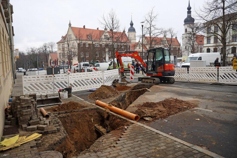 Hier wird geschachtet: ein aktueller Blick auf die Baustelle am Riesaer Rathausplatz.