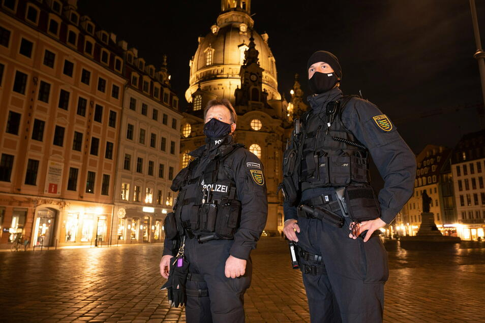 Die Innenstadt von Polizeibeamten gut kontrolliert, aber nicht mal auf dem Neumarkt ist was los.