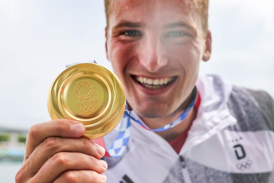 Das ist das Ding! Tom Liebscher und seine olympische Goldmedaille, die zweite nach 2016 in Rio de Janeiro.