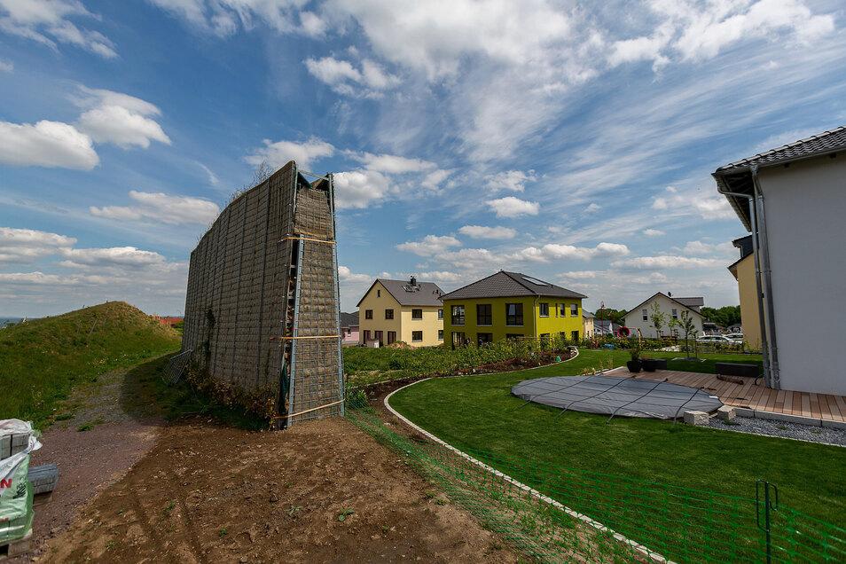 Die Schallschutzmauer am neuen Wohngebiet im Eckfeld soll planmäßig bis Mitte Juni wieder hochgezogen werden.