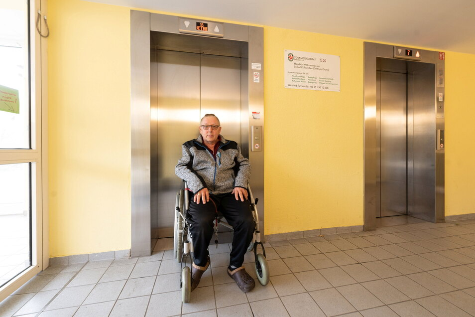 Jürgen Schramm wohnt in einem Grunaer Hochhaus in der 14. Etage. Wenn der Aufzug nicht fährt, hat der Rollstuhlfahrer ein massives Problem.
