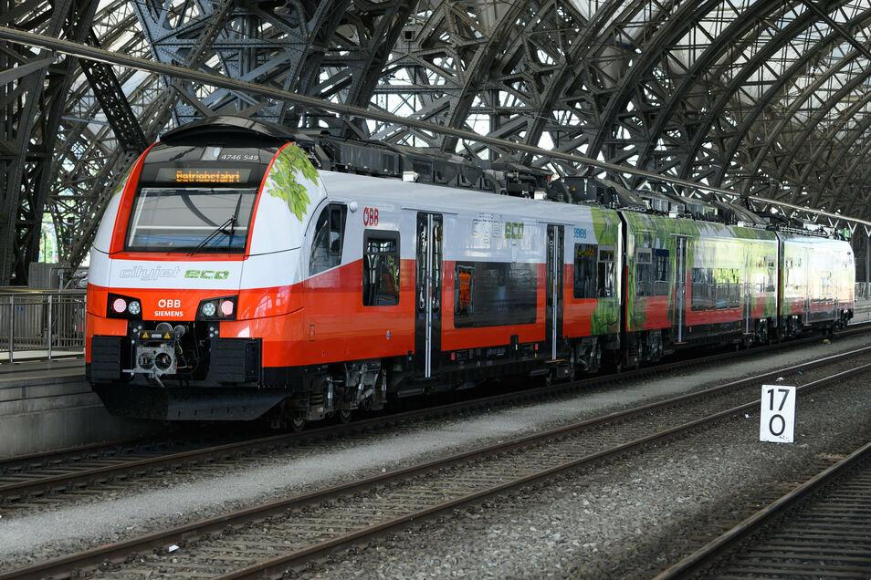 Äußerlich sieht dieser Triebwagen auf dem Dresdner Hauptbahnhof aus wie ein ganz gewöhnlicher Zug. Doch er bezieht seine Energie nicht aus Diesel, sondern aus einer Elektrobatterie - und damit rollte er jetzt testweise nach Königsbrück.