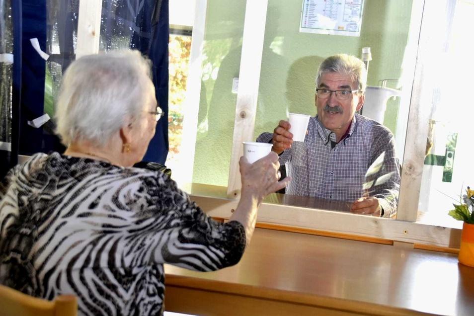 """Im Seniorenheim """"Am Gorbitzer Hang"""" können die Bewohner ihre Angehörigen in einem Pavillon treffen."""