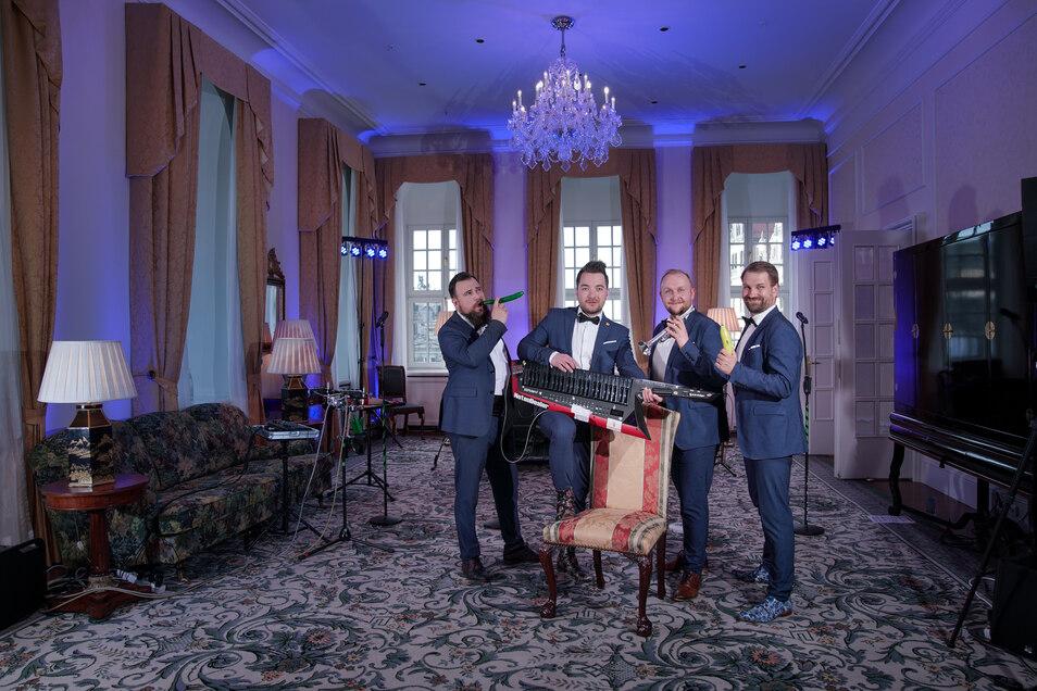 Edle Musiker in edler Suite: Die Notendealer haben für ihr erstes Online-Konzert die Präsidentensuite im Taschenbergpalais Kempinski reserviert.
