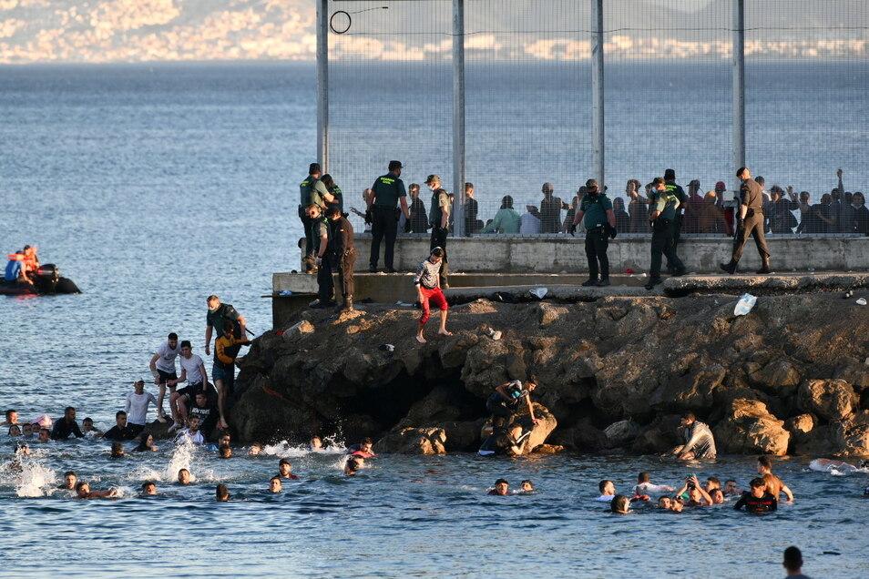 Spanien, Ceuta: Migranten schwimmen von der marokkanischen Stadt Fnideq aus die spanische Nordafrika-Exklave Ceuta.