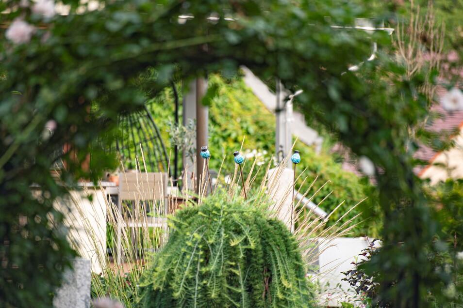 Durchblicke und Einblicke warten einige auf den Betrachter des Gartens.