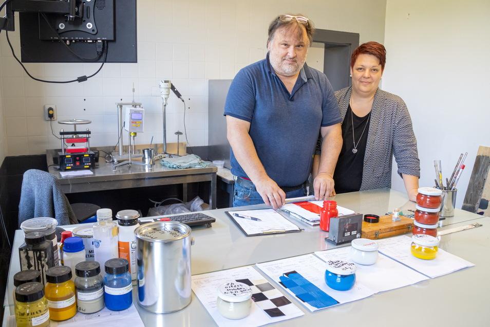 Bianca und Michael Schäfer im Kreativraum von Höpner Lacke. Hier werden neue Produkte und Absatzmöglichkeiten für das Nieskyer Unternehmen erdacht.