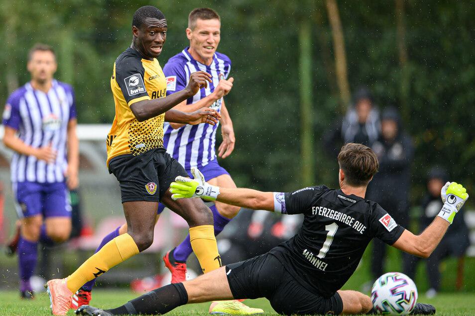 Die spielentscheidende Szene im Test gegen Aue: Agyemang Diawusie spitzelte den Ball an Aues Torwart Martin Männel vorbei.