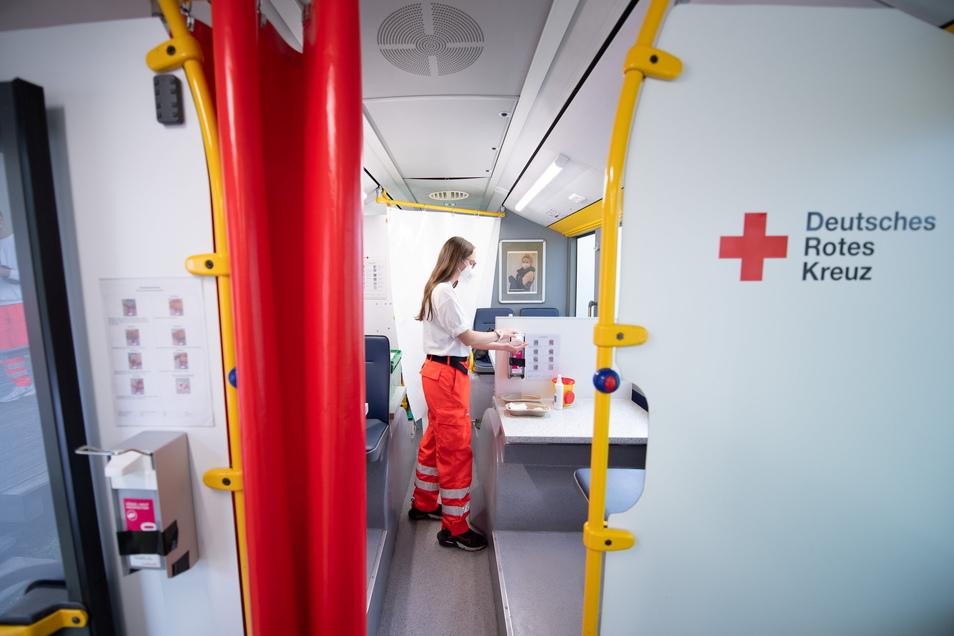 Sieht aus wie ein Bus, ist auch ein Bus, nur dass man mit ihm nicht fahren kann. Dafür kann man hier geimpft werden.